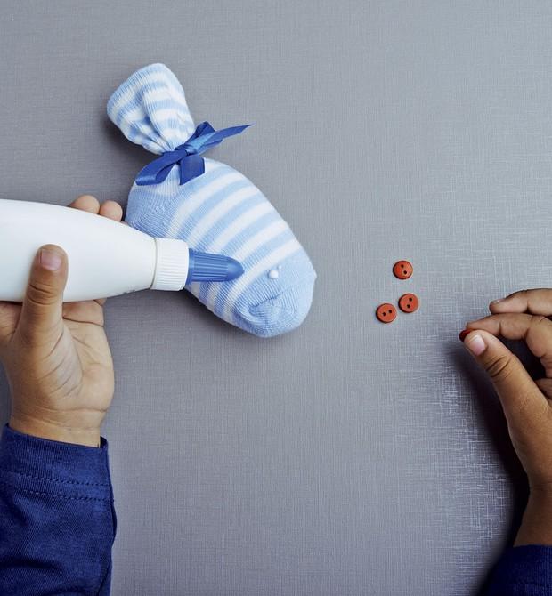 Por fim, se ele for maior, pode colar os botões para fazer os olhos. Se ele for pequeno, o melhor será você costurá-los. Está pronto para ser pescado! (Foto: Guto Seixas/ Editora Globo)