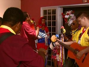 Grupos devem percorrer 300 casas da cidade até 6 de janeiro (Foto: Eder Ribeiro/EPTV)