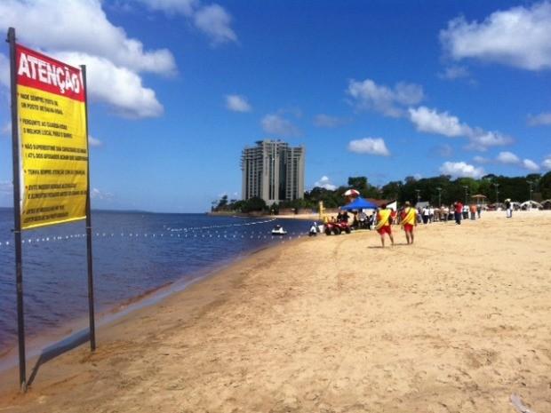 Sinalização alerta sobre riscos de afogamento na Praia da Ponta Negra, em Manaus (Foto: Adneison Severiano/G1 AM)