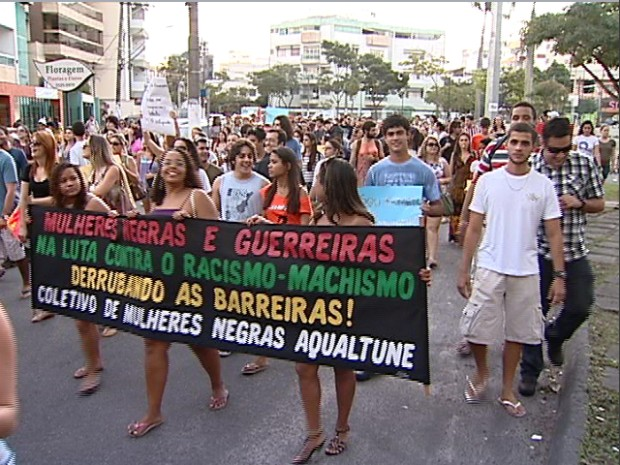 Marcha das vadias no Espírito Santo reúne mais de 100 pessoas contra violência sexual (Foto: Reprodução/TV Gazeta)