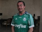 Mike Patton, vocalista do Faith No More, posa com camisa do Palmeiras