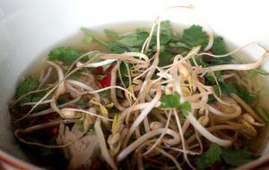 Sopa oriental de frango: receita da chef Isadora Becker