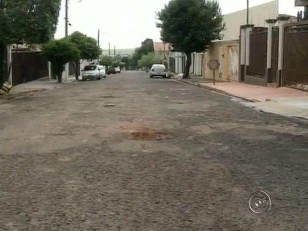 Buracos no asfalto virou rap em Ourinhos (Foto: Reprodução / TV TEM)