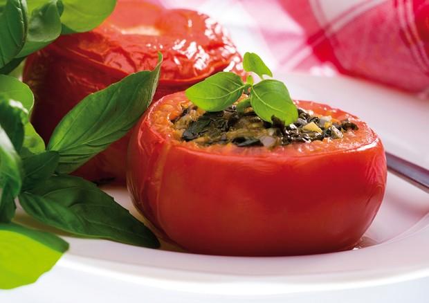 Tomate recheado com atum e cream cheese é leve e saboroso