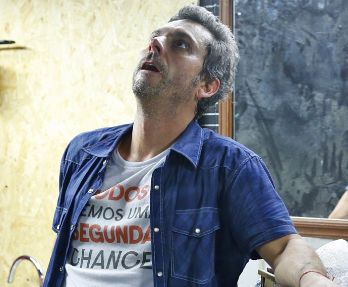 Romero fica atônito com a verdade (Foto: Ellen Soares / Gshow)