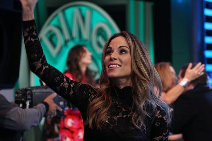 Ana Furtado é só simpatia com a plateia (Foto: Carol Caminha/Gshow)