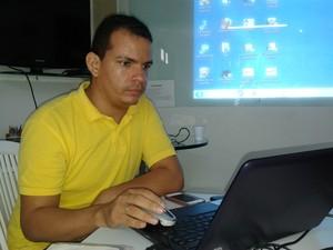 Jerlan Batista é deficiente auditivo e trabalha como instrutor de libras (Foto: Carolina Sanches/ G1)