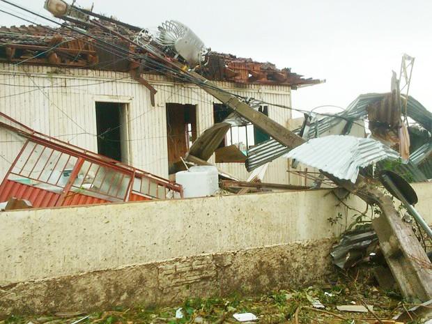 Poste e casas foram atingidos em Xanxerê (Foto: Flávio Carvalho/TudosobreXanxerê)