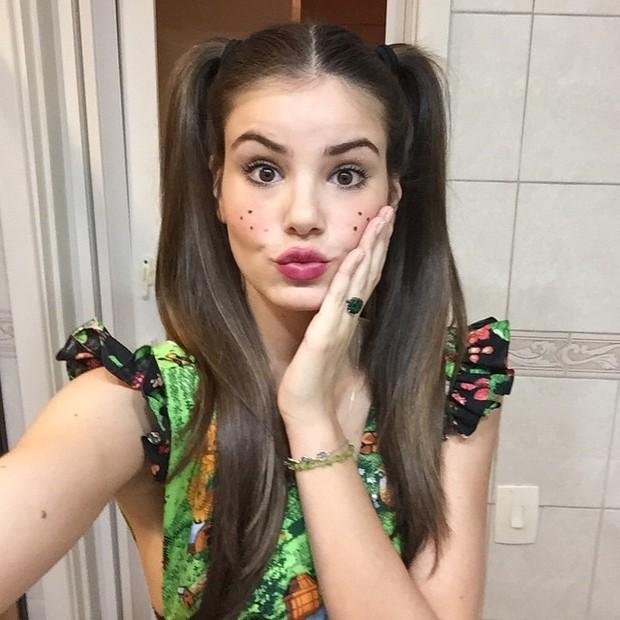 Camila Queiroz faz biquinho para foto (Foto: Instagram/ Reprodução)