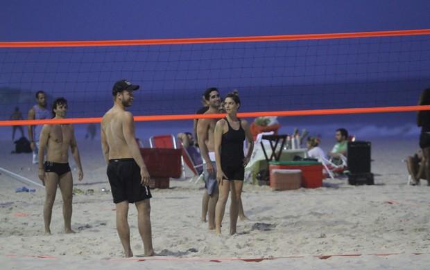 Rodrigo Hilbert e Fernanda Lima jogam vôlei na praia (Foto: Wallace Barbosa / AgNews)