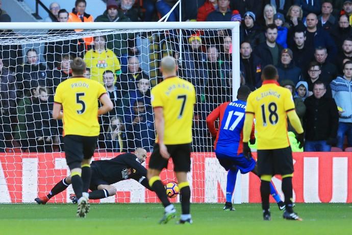 Gomes defende pênalti de Benteke em Watford x Crystal Palace (Foto: Richard Heathcote/Getty Images)