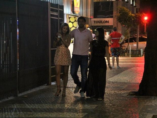 Fred com a namorada na Zona Sul do Rio (Foto: Rodrigo dos Anjos/ Ag. News)
