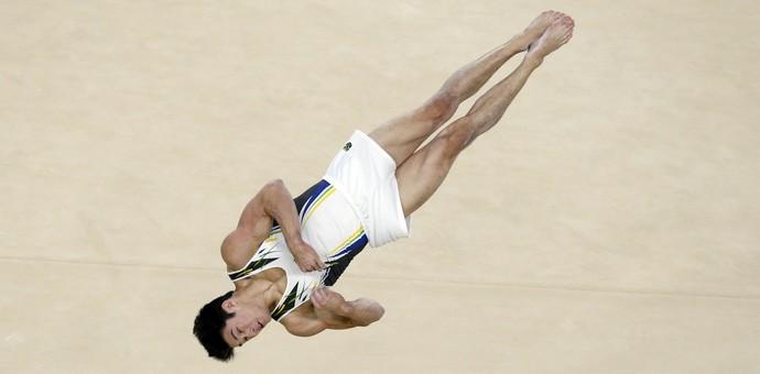 Arthur Nory aplica pirueta na apresentação que lhe rendeu o bronze no solo (Foto: Reuters)