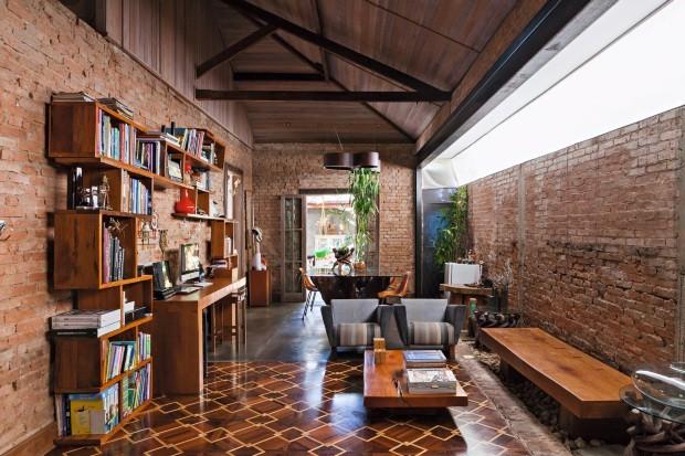 Escritório na sala, integrado à rotina da família (Foto: Lufe Gomes / Editora Globo)