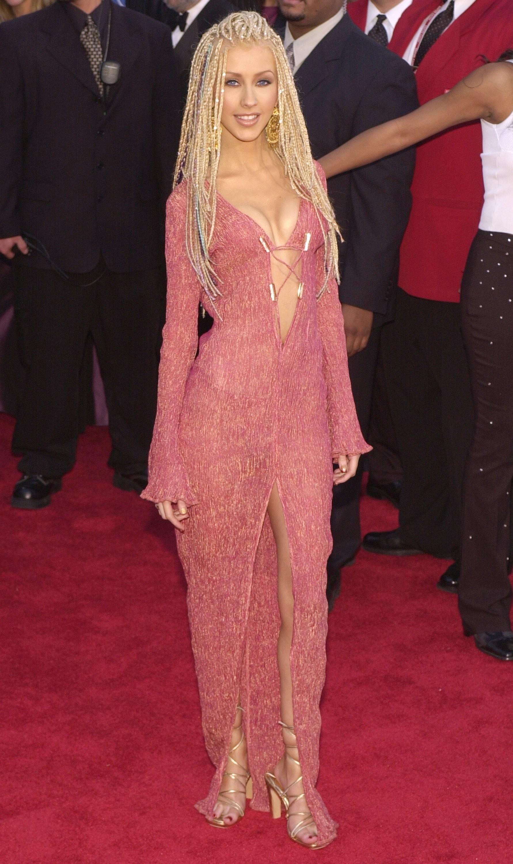 Além do belo decote, Christina Aguilera ainda apresentou um penteado diferente no prêmio de 2001. (Foto: Getty Images)