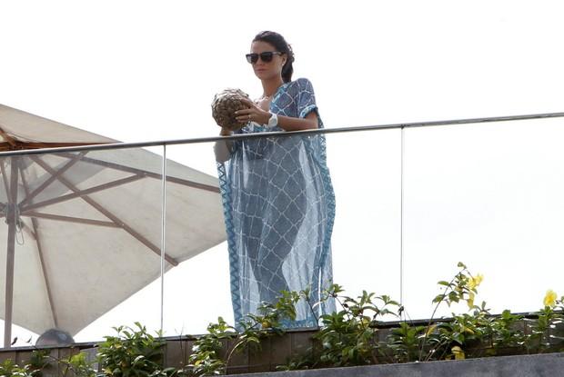 Daniella Sarahyba na sacada do hotel fasano no RJ (Foto: Gil Rodrigues/ FotoRio News)