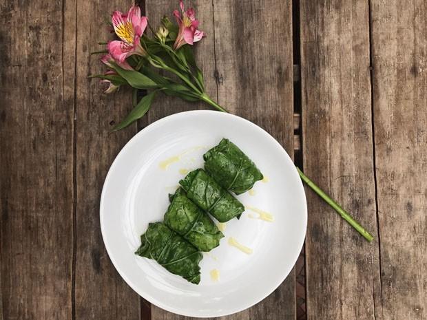 Receita prática e saudável: rolinho de couve recheado de tofu (Foto: Simplesmente)