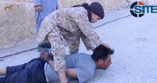 Novo vídeo do Estado Islâmico mostra criança recrutada pelo grupo decapitando soldado sírio, segundo o Observatório Sírio dos Direitos Humanos (Foto: Reprodução/ Twitter/ Rita Katz)