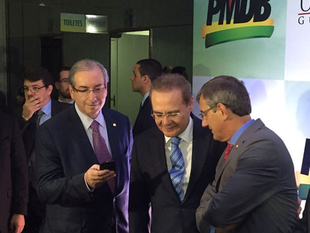 Cunha conversa com o presidente do Senado, Renan Calheiros, ao chegar ao evento do PMDB (Foto: Nathalia Passarinho/G1)