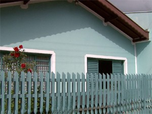 Casa onde doméstica foi encontrada morta em Divinolândia (Foto: Reprodução/EPTV)