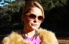 Sofisticada, Pamela usa um modelo translúcido com lentes coloridas para programas ao ar livre (Foto: Geração Brasil / TV Globo)