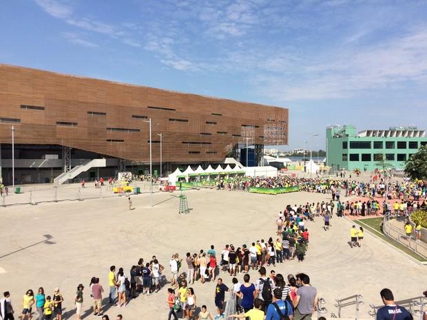 Arena do Futuro tem longas filas para partidas de handebol na tarde deste sábado (6) (Foto: Matheus Rodrigues/G1)