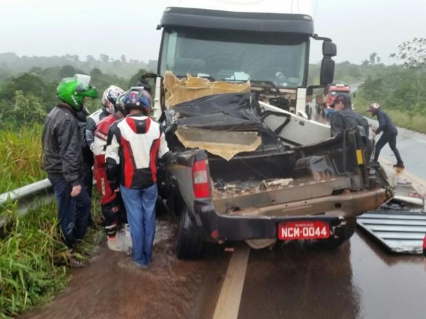 A camionete bateu de frente com a carreta em um trecho de descida em curva, entre Vilhena e Pimenta Bueno. (Foto: André Sousa/Arquivo Pessoal)