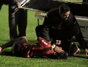 Gabriel Marques é atendido pelos médicos do Atlético-PR (Foto: Roberto Souza/Site Oficial do Atlético-PR)