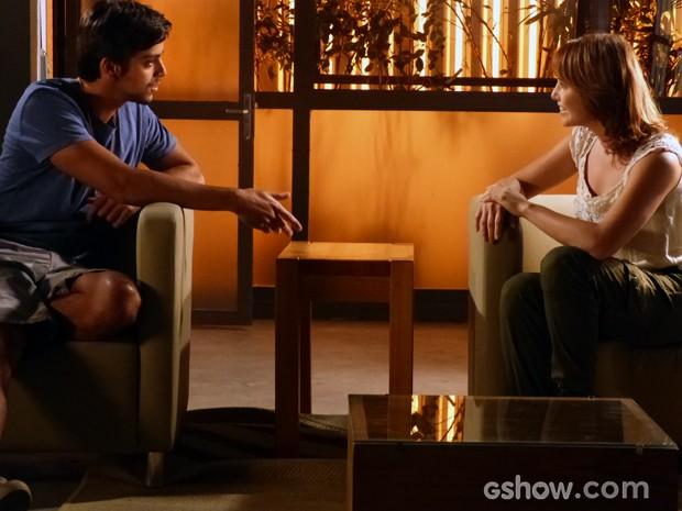 Marlon tenta descobrir se Vitória realmente mudou de ideia (Foto: Além do Horizonte/TV Globo)