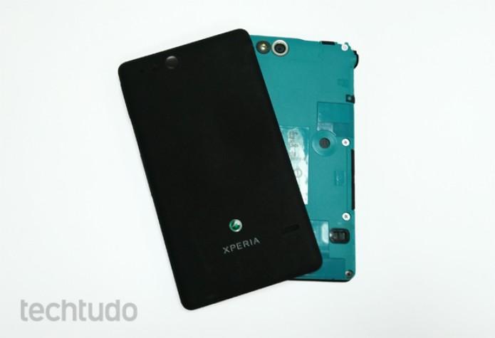 Xperia Go sem a tampa traseira, com destaque para a entrada do cartão SIM e do microSD  (Foto: Isadora Díaz/TechTudo)