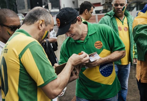 Paulinho da Força assina ficha pedindo impeachment da Dilma (Foto: Filipe Redondo/ Epoca)