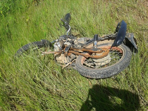 A vítima perdeu o controle da moto e saiu da pista (Foto: Divulgação/PRF)