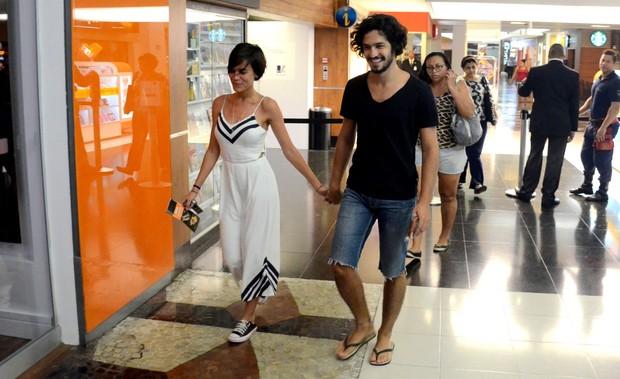 Gabriel Leone e Carla Salle em shopping na Gávea, Zona Sul do Rio (Foto: Webert Belizio/ Ag. News)