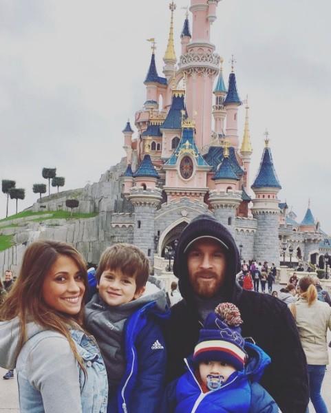 BLOG: De surpresa, capuz e boné, Messi leva família para passear na Disney de Paris