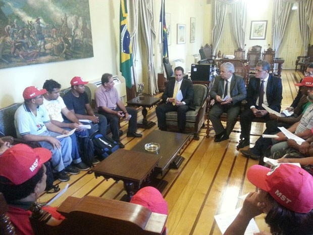 Governador de Pernambuco, Paulo Câmara, recebe comissão do MST. (Foto: Katherine Coutinho / G1)