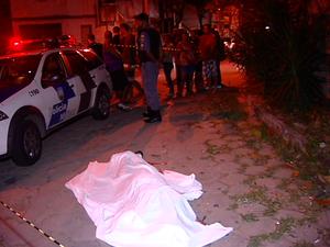 Jovem é assassinado em praça de Tabuazeiro, Espírito Santo. (Foto: Reprodução/TV Gazeta)