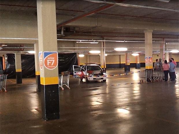 Homem é encontrado morto em estacionamento de supermercado em Ribeirão Preto (Foto: Adriano Oliveira/G1)