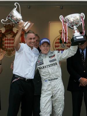 Martin Whitmarsh e Kimi Raikkonen celebrando a vitória do finlandês pela McLaren no GP de Mônaco de 2005 (Foto: Getty Images)