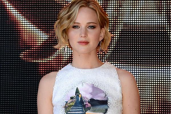 """A vida não é fácil, nem mesmo para uma das maiores estrelas do momento. Jennifer Lawrence, de 24 anos, já foi indicada ao Oscar três vezes, mas não se mostra satisfeita com a vida de uma celebridade. """"Se eu fosse uma garota qualquer e ligasse para a polícia para contar que têm homens estranhos dormindo no meu gramado e me seguindo quando eu vou no Starbucks, as providências seriam tomadas na hora. Mas como eu sou uma pessoa famosa, eles dizem que não têm o que fazer"""", disse a atriz em entrevista à revista Vogue. """"Não faz sentido. Eu não concordo com isso. Simples assim: eu sou só uma garota normal e um ser humano, e eu não estou vivendo isso a tempo o suficiente para sentir que é o normal. Eu não vou encontrar paz com isso."""" (Foto: Getty Images)"""