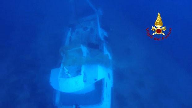 Imagem divulgada pelos bombeiros italianos mostram o barco que afundou ao sul ilha italiana de Lampedusa  (Foto: Vigili Del Fuoco/Reuters)