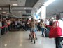 Fani Pacheco  surpreendida por um grupo de fs no aeroporto