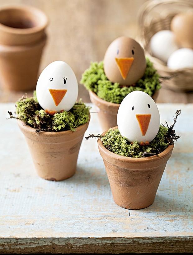 Feltro e canetinha dão vida aos ovos de galinha. Vasos Ideia Única, cesta Depósito Kariri (Foto: Elisa Correa/Editora Globo)