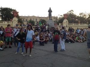 Após confronto, manifestantes sentam em frente ao museu da Quinta (Foto: Maricuha Machado/G1)