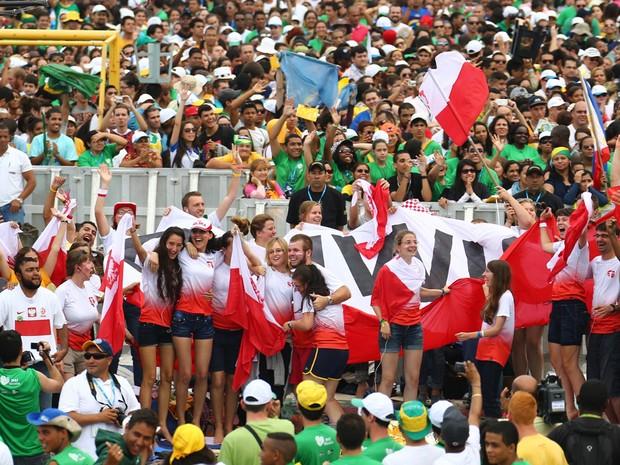 28/7 - Poloneses comemoram anúncio de Cracóvia como próxima sede da JMJ, em 2016 (Foto: Rodrigo Gorosito/G1)