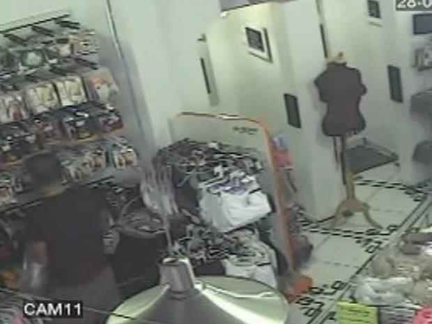 Ladrão levou algumas roupas íntimas e dinheiro  (Foto: TEM Você)