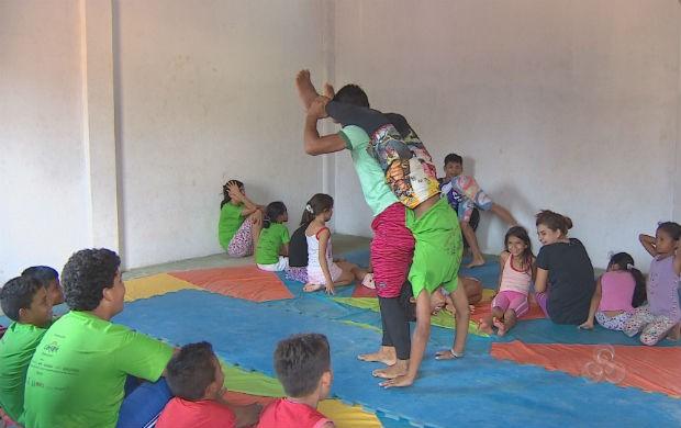 Crianças em atividade no projeto Corda Bamba do Equador (Foto: Reprodução/TV Amapá)
