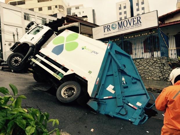 Buraco é na Rua Professor Costa Chiadi, no bairro Cidade Nova, na Região Nordeste  (Foto: Cláudio Tonelli/Arquivo pessoal)