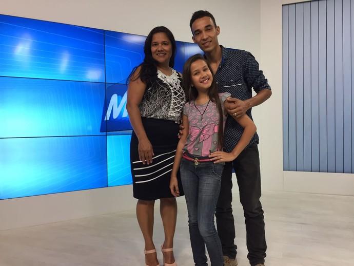 Hadasse com a mãe e o irmão (Foto: Juliana Gorayeb/Inter TV)