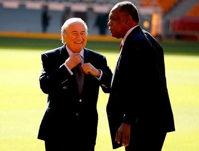 Joseph S. Blatter ao lado de Issa Hayatou no estádio Soccer City (Foto: agência EFE)