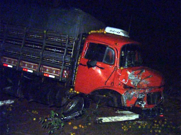 Caminhão carregado com laranja colidiu com perua em Monte Azul Paulista (Foto: César Tadeu/EPTV)